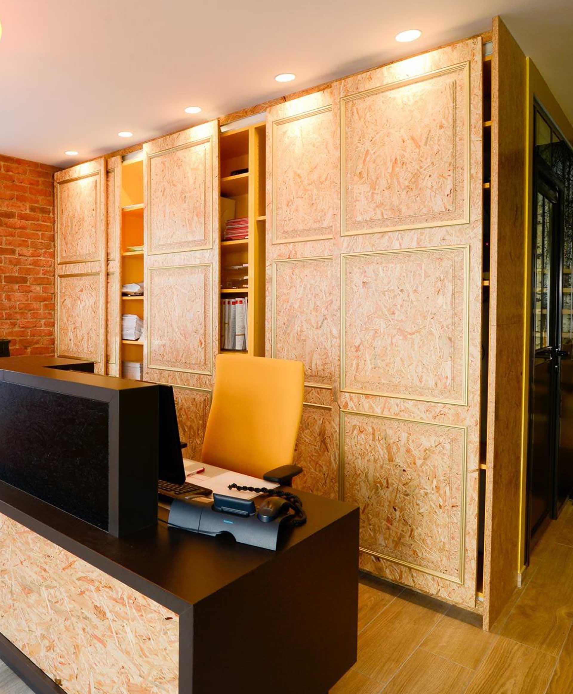 Aménagement d'un espace accueil avec comptoir