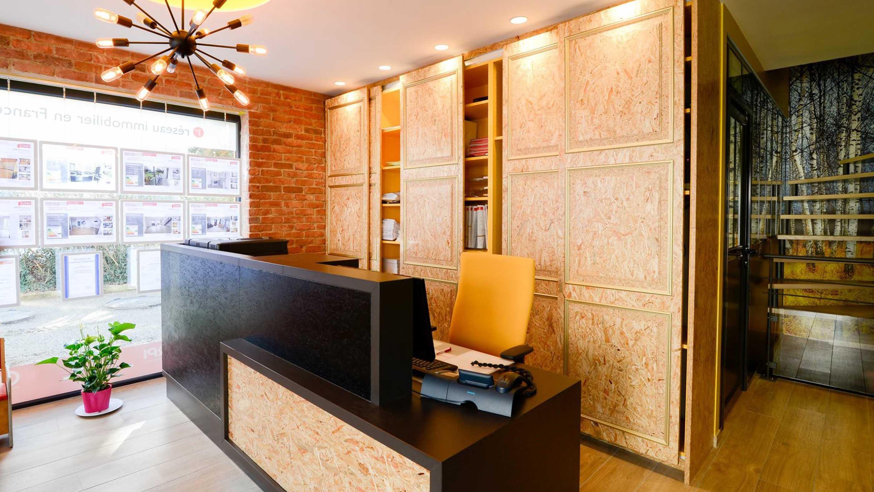 Aménagement d'un espace accueil chez un professionnel avec comptoir
