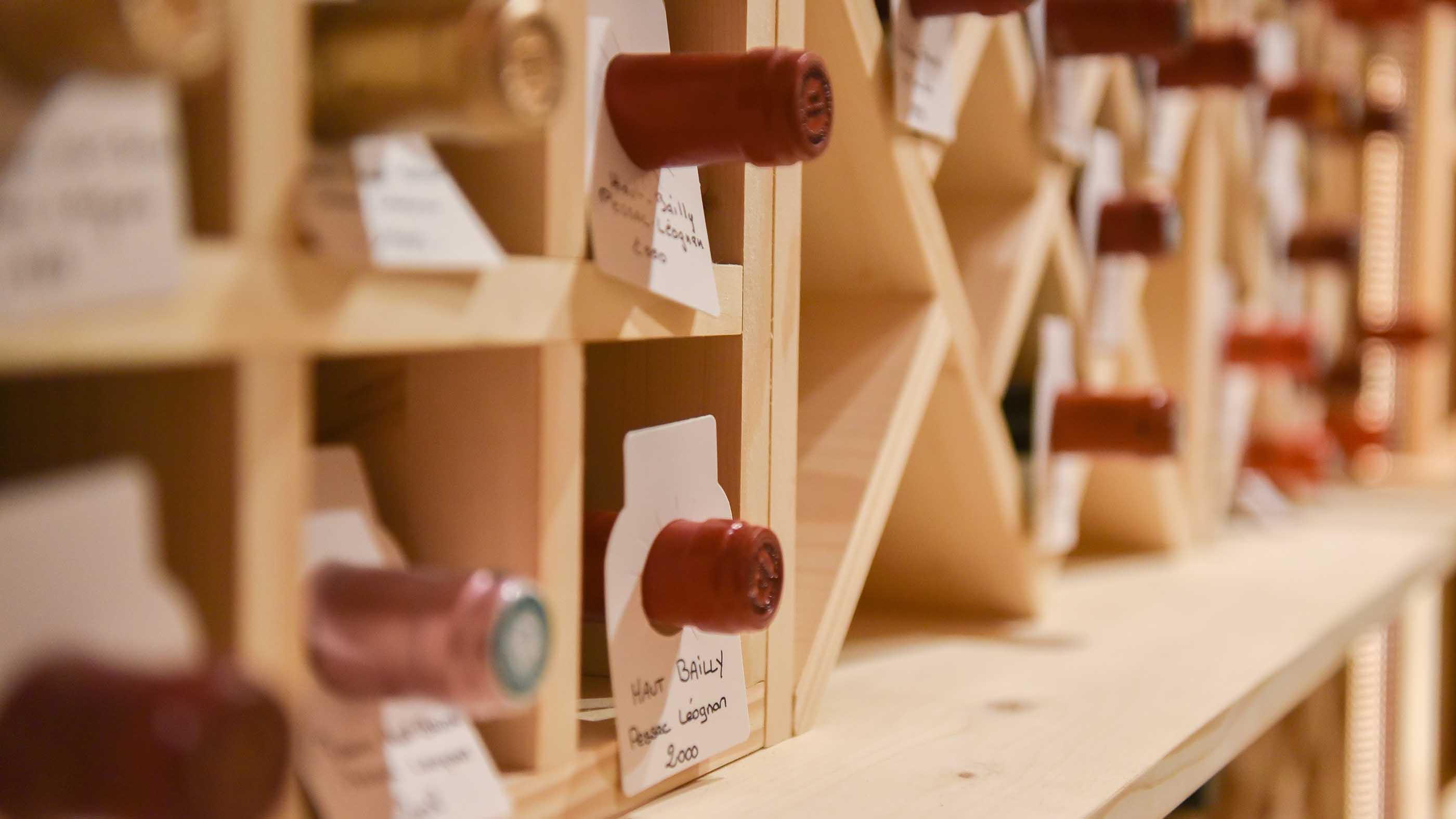Réalisation d'une étagère sur mesure pour une cave à vins