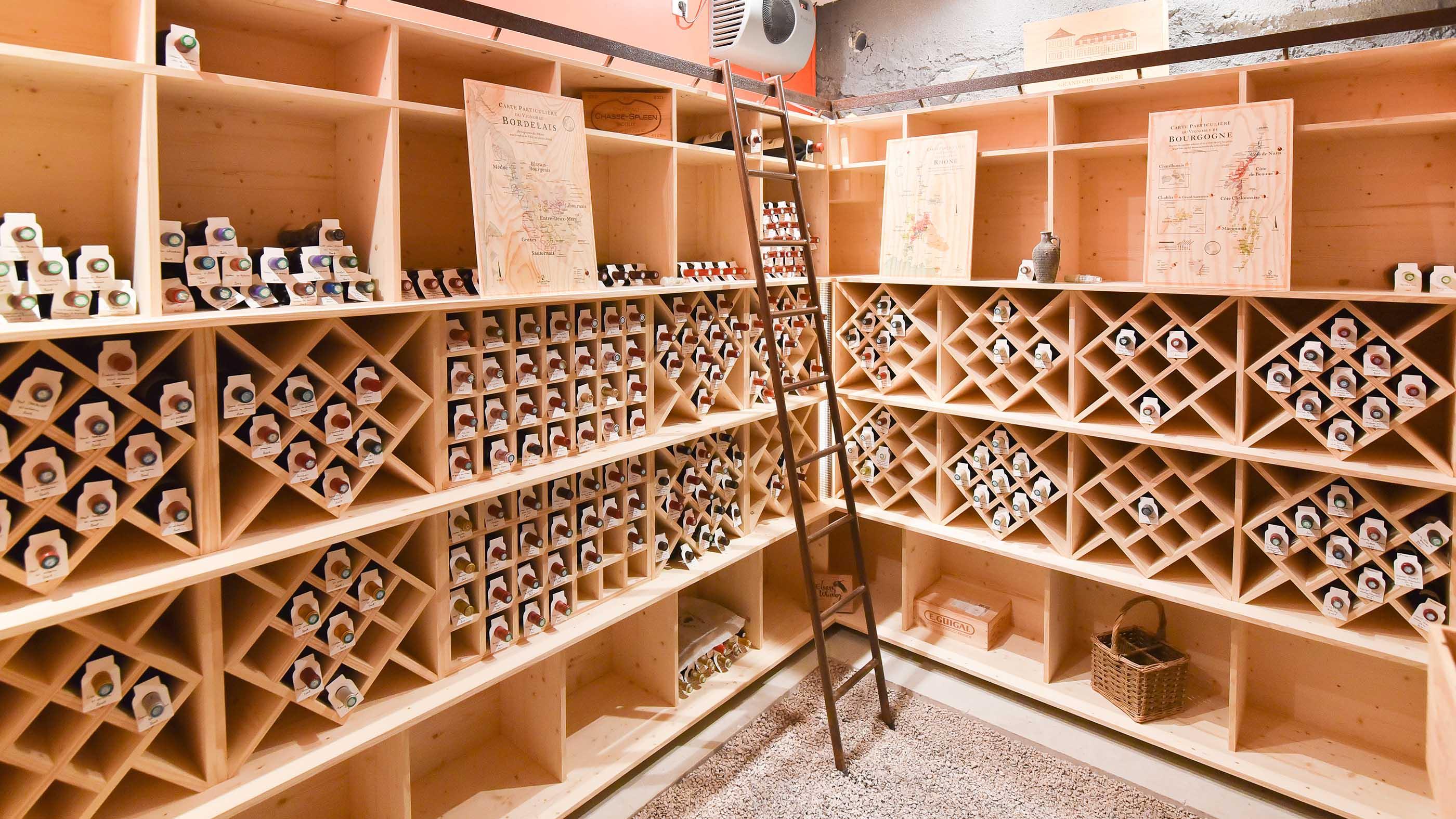 Réalisation d'étagères sur mesure pour une cave à vins